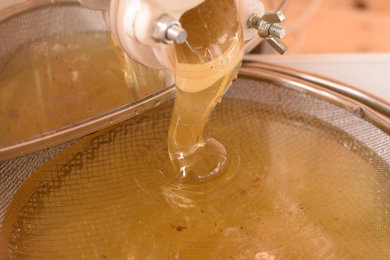 Липовый мед сразу после откачки. Процеживается (фильтруется) с помощью сито.